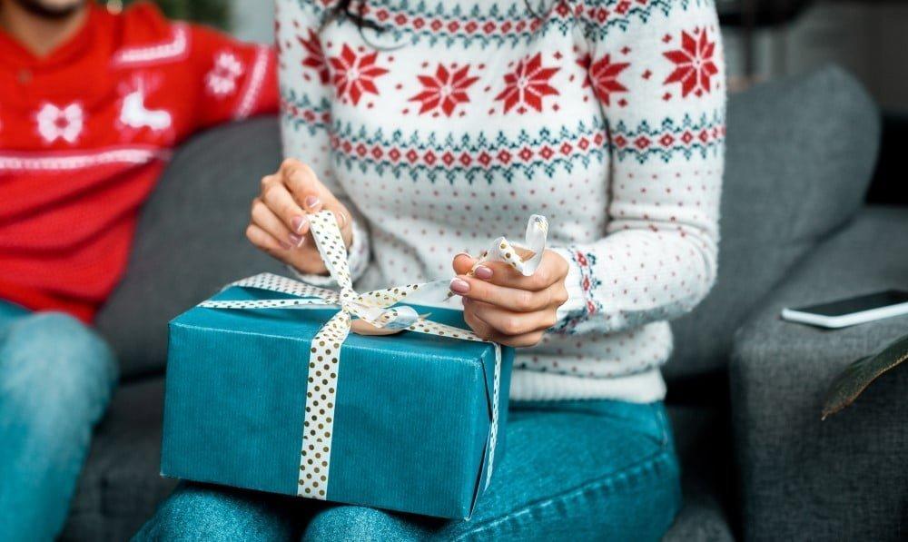 Kvinde der pakker en julegave op
